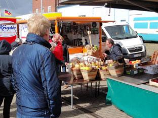 Marktschreier auf dem Fischmarkt in Cuxhaven