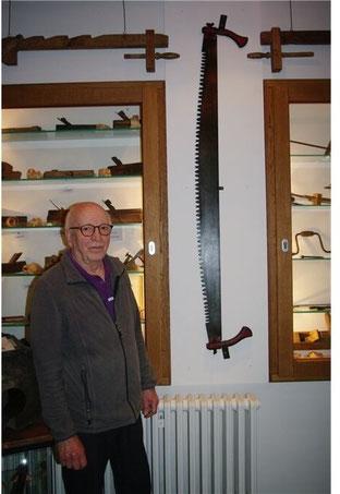 Rund 1,70 Meter lang: Rainer Bruns hat für die Schrotsäge einen Platz im Eingangsbereich des Heimatmuseums gefunden. Foto: tw