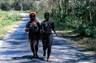 Dos mujeres jarawa en la Andaman Trunk Road.  ©Survival