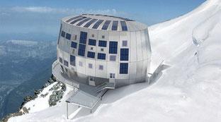Refuge du gouter dans le massif du Mont Blanc, avec ses centrales photovoltaïques. Le projet de Saucats en Gironde est monstrueux.