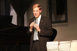 Landrat Dr. Christian Schulze Pellengahr bei der Buchübergabe