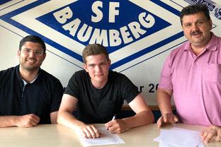 Ben Harneid bei der Vertragsunterschrift zwischen SFB Sportdirektor Engin Akkoca (l.) und Jürgen Schick (Foto: SFB Medien Team)