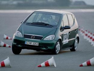 Nach dem missglückten Elchtest stattete Mercedes die erste A-Klasse (im Bild) serienmäßig mit ESP aus - mit dem System kippte das Modell bei harten Ausweichmanövern nicht mehr um. Foto: Daimler