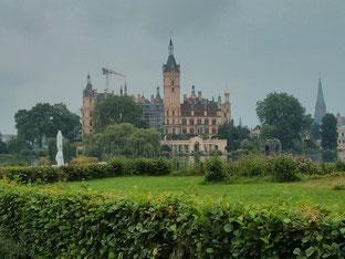 erster Blick auf das Schweriner Schloss