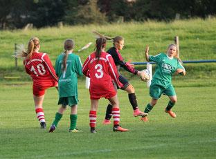 Celine sichert den Ball. Foto Lanzke