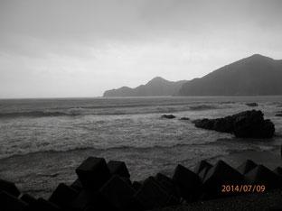 台風8号の影響で荒れた蒲江波当津海岸。