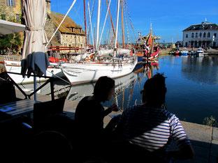 rundum um den Hafen werben Restaurants um ihre Gäste