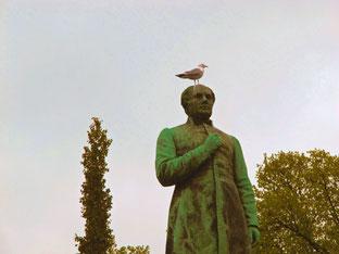 Dichter Monument mit Taube