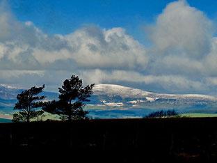 Wolken-Geschiebe über den Gipfeln des Highlands