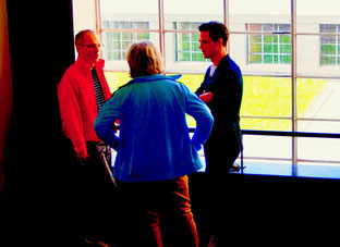 Studenten sprechen mit dem Professor
