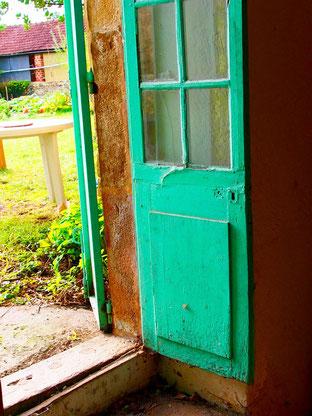 grüne Türe hinaus zum Freiluft-Atelier von Halib