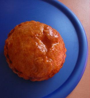 パイ生地をりんご型に抜いたものをのせて焼きました