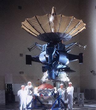 Galileo-Sonde mit aufgklappter Parabolantenne während der Fertigung