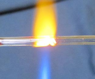 Zusammenschweißen von zwei Glasröhren aus Bleiglas für eine Neonbeleuchtung (OD 5 mm, ID 3 mm) mit einem einfachen, handgehaltenen Propanbrenner,