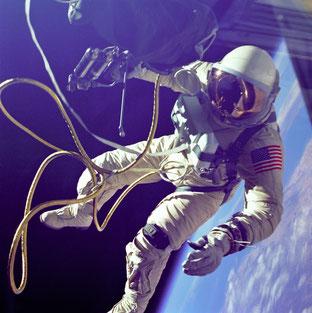 Ed White beim ersten amerikanischen Weltraumspaziergang