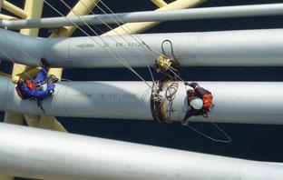 Langstreckenultraschalluntersuchung einer Rohrleitung vor Ort auf einer Bohrinsel