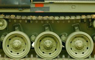 Kettenlaufwerk eines neu gebauten Militärpanzers.