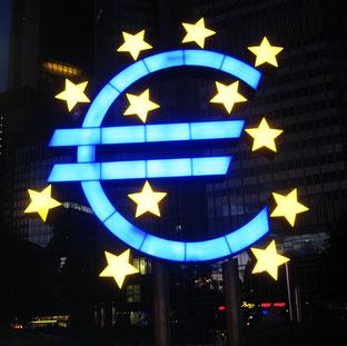 Euro-Symbol von Ottmar Hörl, vor dem Gebäude der EZB in Frankfurt am Main