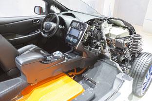 Aufgeschnittenes Elektrofahrzeug aus Ausstellungsobjekt.