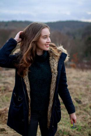 Portraitshooting mit Mareike| outdoor, Winter, Fashion, Wiese, lächelndes Mädchen, Winterjacke