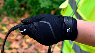 Ein Handschuh mit verstärkten Fingern und Handinnenflächen verhindert (Brand)Blasen.