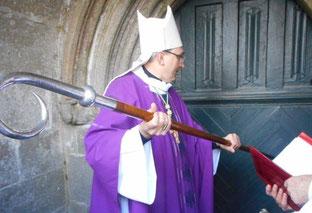 11h00 : Mgr Dognin ouvre liturgiquement la porte sainte du Santuaire ND de Kernitron, et la frappe 3 fois de sa crosse.