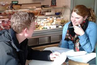 Susanne Rengers prüfte in der Fleischerei in der Markthalle. Foto: Ulrichs