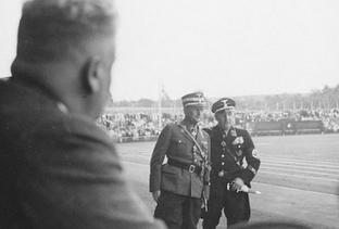 Zwei Männer in SS-Uniform