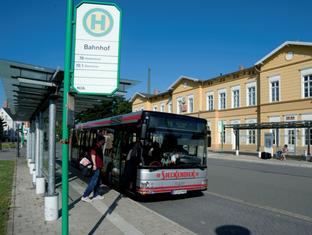 Stadtbus am Bahnhof in Rheda: Geht es nach der FDP-Fraktion, könnte es schon bald einen zweiten Busbahnhof in Wiedenbrück und neue Stadtbuslinien geben.