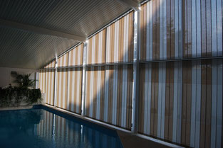 Stores bandes verticales intérieur piscine