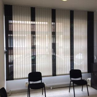 Store bandes verticales dans une salle d'attente avec un panachage décoratif