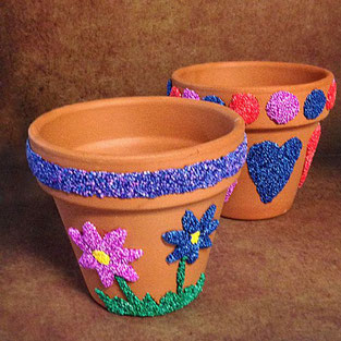 Terracota-Blumentöpfe mit Foam Clay verzieren