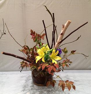 笹沼邦由 花材:白樺、百合、ナツハゼ、石化柳