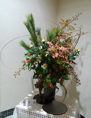 花材:若松、桐、千両、柊南天、菊、 葉ぼたん、レッドウィロー