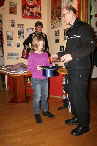 Zauberer AKKUBLITZ im Circusmuseum