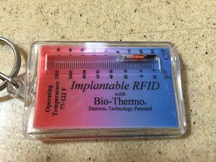 プラスチックのケースの中にある赤と黒に見える1cm×1mmのチップです。ここに記憶された10桁の数字で飼い主さんが判ります。