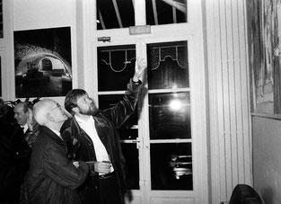 Hervé Loilier et Louis Leprince-Ringuet à l'accrochage d'une exposition