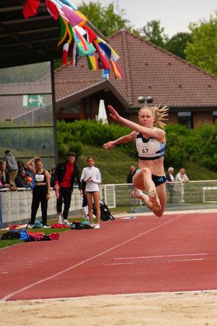 Beim Meeting 2019 gewinnt die 4x400m-Staffel  (U23) des LT DSHS Köln in 3:38,14 min. Laura Marx (hinten) wechselt auf Meike Gerlach (35).