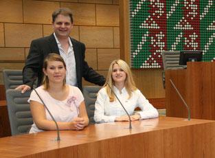 Inga Vorholt und Celina Müller (v.l.n.r.) lassen sich von Ralf Witzel MdL in die Arbeit einführen.