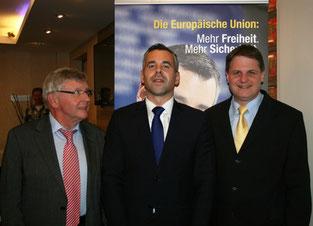 Alexander Alvaro MdEP wird von Klaus Budde (links) und Ralf Witzel MdL (rechts) begrüßt.