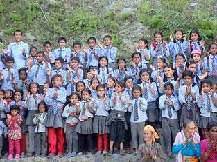 2校目でも200人近い子どもたちがお出迎え!