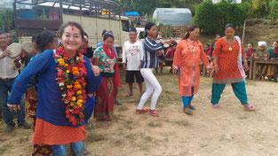 村の女性からの歓迎の踊りに参加する