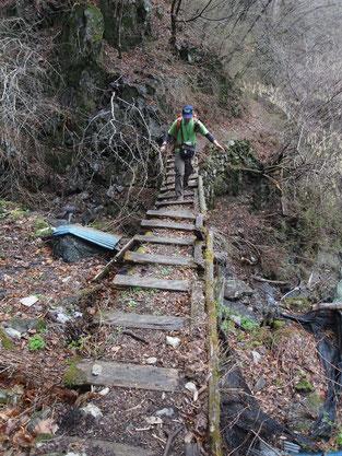 傾いた木製橋2