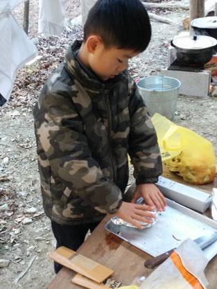 トーストを持ち運びようにまとめる田村選手。