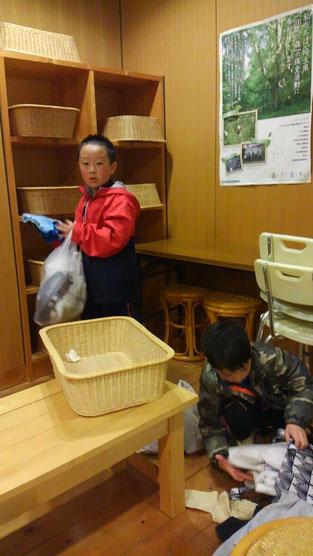 お風呂道具を取り出したり、道衣をバッグに詰めたり、手をやいているようです。