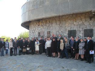 Учасники конференції на Хортиці беруть участь у відкритті пам'ятної дошки П. Т. Троньку