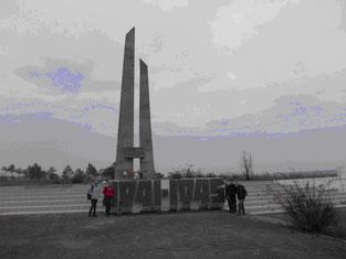Пам'ятник загиблим у Другій світовій війні біля місця встановлення знака
