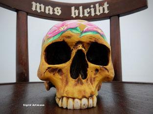 Skull mit Schrift und Bemalung