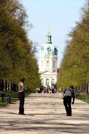 Boccia-Spieler auf dem Mittelstreifen Schloss-Straße mit Blick auf  Schloss Charlottenburg. Foto: Helga Karl