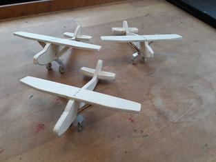 Deko Flieger, Typ Cessna, aus Holz und Alublech.